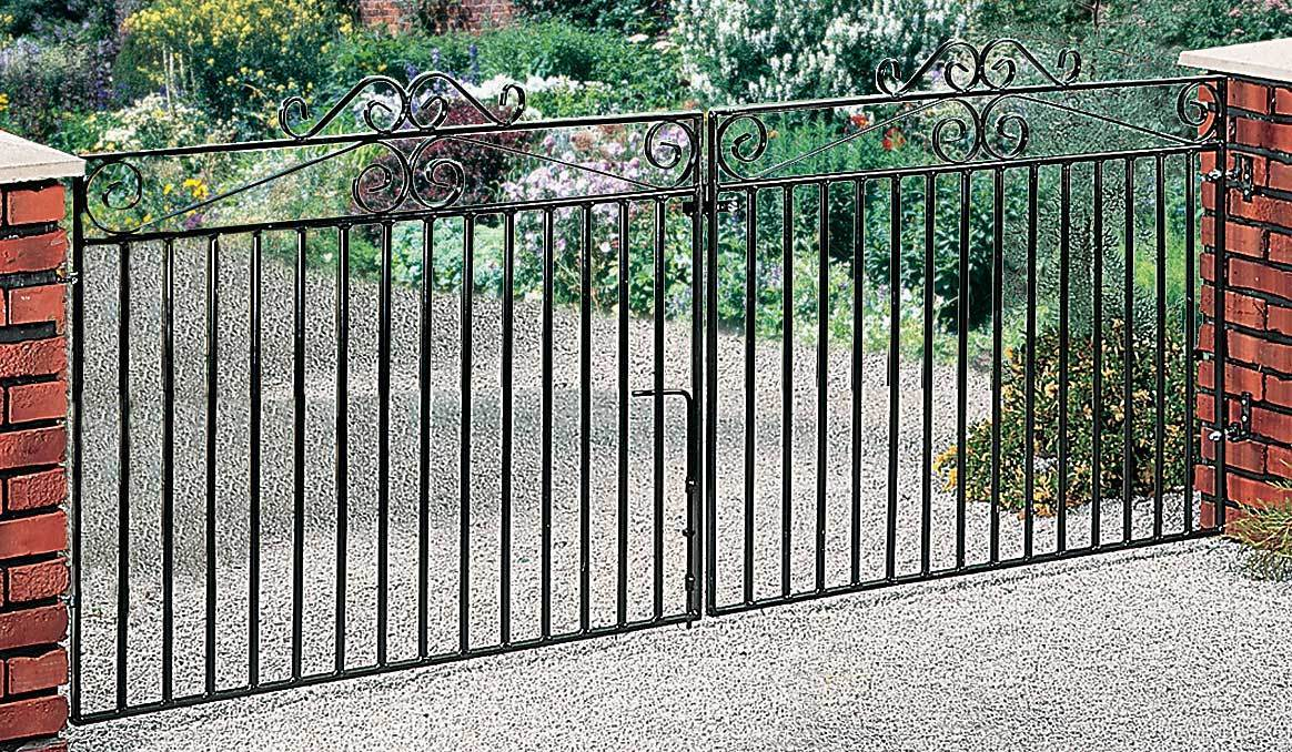 A simple yet delicate galvanised driveway gate. Powder coated black