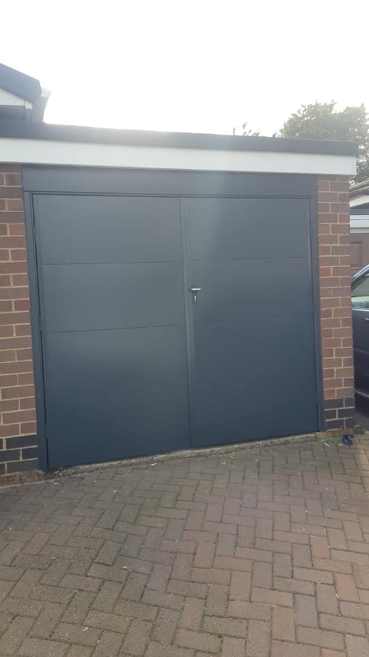 1 fort side hinged garage door in a wide horizontal pattern. Powder coated anthracite grey in a 50/50 split.