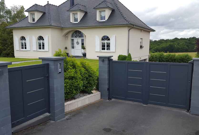 Horizal- Akordia- Cotim 11MI - An automated aluminium swing gate with a pedestrian gate to match