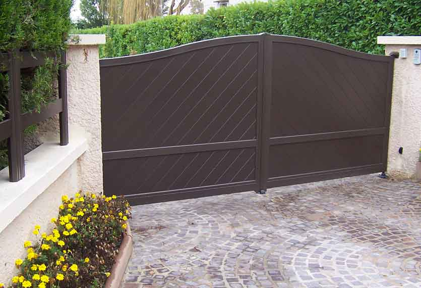 Horizal- A contemporary, motorised limnos swing gate -aluminium- in a diagonal boards design