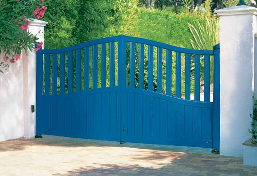 Horizal- A contemporary, aluminium painted nora blue swing gate