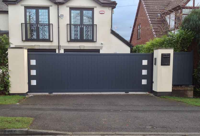 Horizal- Stainless kero- Motorised aluminium sliding gate in a vertical design with fence panels to match
