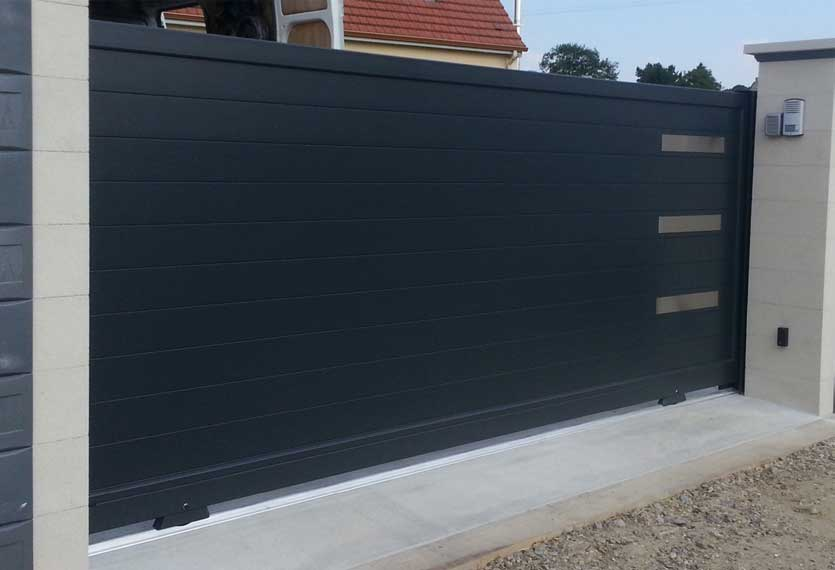 Horizal- Stainless senso- Aluminium sliding gate with frosted panels and an intercom to finish.