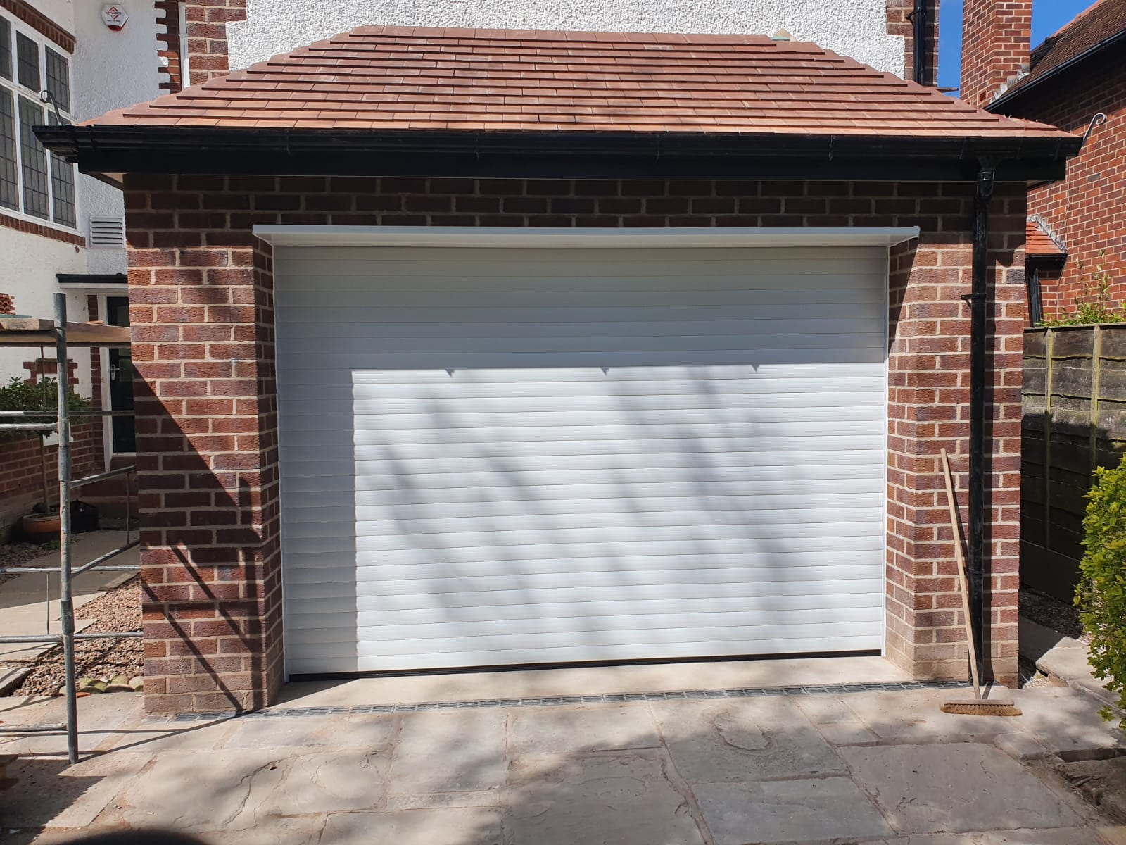 77mm insulated stylish roller door in white with a matching kit. Door is electrically operated, complete with 1 motor, 2 handsets, 1 remote unit and 1 standard hand-wind.
